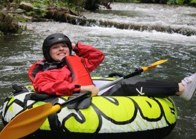 Una ragazza pratica con noi river tubing nel Pollino